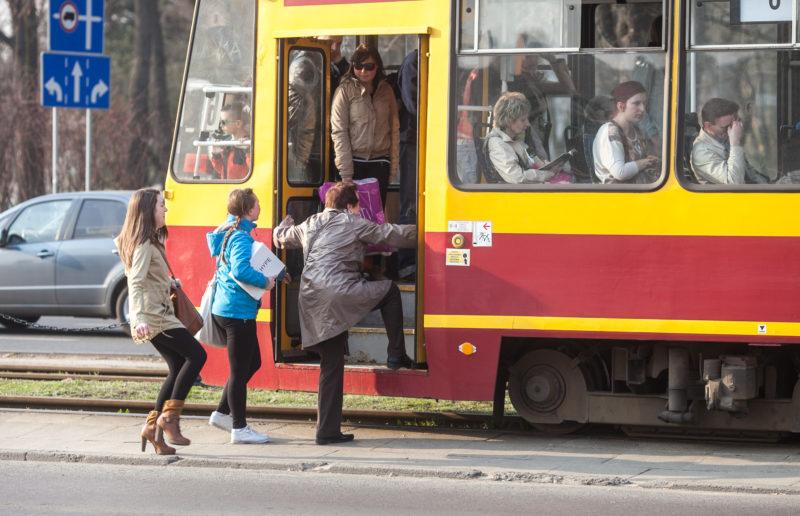 Seniorzy w transporcie miejskim. Fot. Joanna Tarnowska