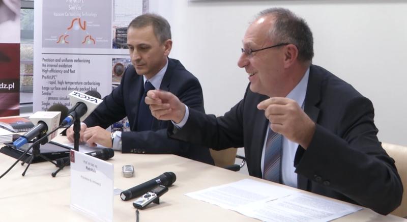 Prof. dr hab. Piotr Kula (Politechnika Łódzka) na konferencji prasowej (pierwszy z prawej).
