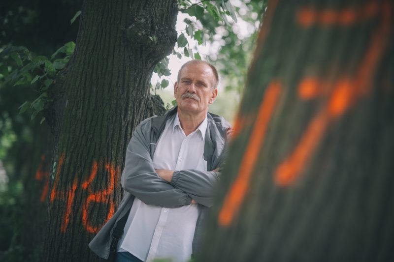 Mieszkaniec Niiciarnianej przy przeznaczonym do wycinki drzewie - foto Zbiigniew Polędwica