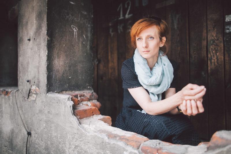 Anna Niewiadomska-Mielczarek. Zdjęcie wykonane na terenie łódzkiego getta foto Zbyszek Polędwica