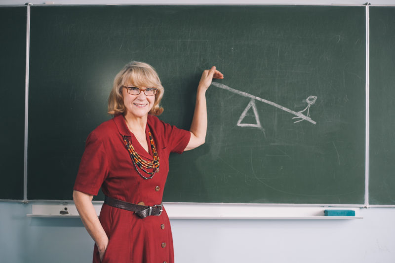 Na zdjęciu: prof. Aldona Pobojeska pokazuje, że w życiu jak na huśtawce, raz jest się na górze, raz na dole. Foto Zbyszek Poledwica