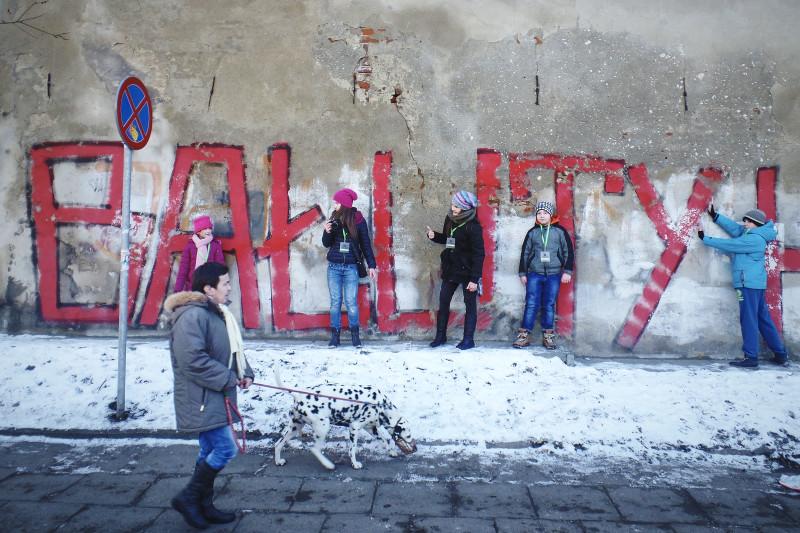 Uczestnicy warsztatów fotograficznych organizowanych przez Centrum Dialogu im Marka Edelmana w ramach projektu Miasto Bałuty w 100 lecie przyłączenia Bałut do Łodzi. Fot. Tomasz Stanczak / Agencja Gazeta