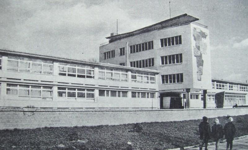 """Szkoła przy ul. Pojezierskiej. Źródło: """"Łódź w latach 1945–1960"""". Red. E. Rosset, Łódź 1962"""
