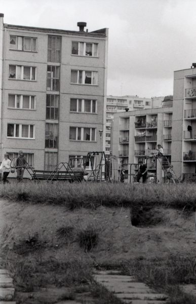 Osiedle S.M. Sympatyczna, na pierwszym planie bloki przy ul. Batalionów Chłopskich, w oddali wieżowiec przy ul. Hubala. Plac zabaw pomiędzy blokami.
